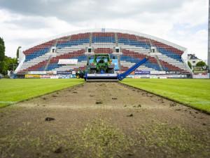Trávník jde dolů. Hrací plocha Androva stadionu prochází velkou rekonstrukcí