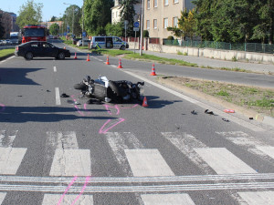 Za smrt motorkáře může podle všeho řidič osobního vozu. Jel na červenou