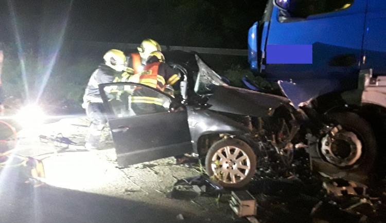 Po nehodě kamionu a auta u Lipiny jsou dva mladíci v kritickém stavu. Osmnáctiletý řidič zemřel