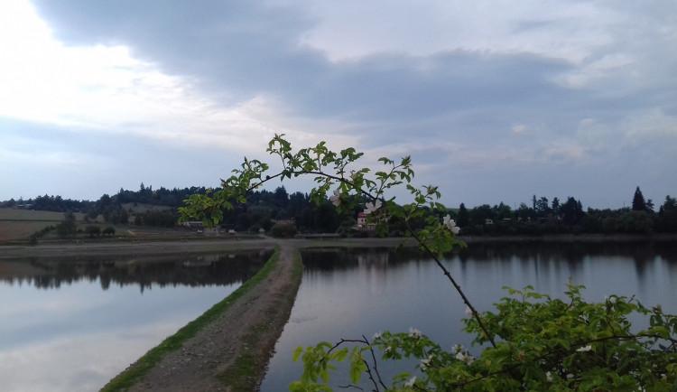 Sezona na Plumlovské přehradě letos nezačíná dobře. Je zde málo vody