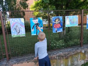 Prostějovská škola vystavila na plotě obrázky, které namalovaly její děti