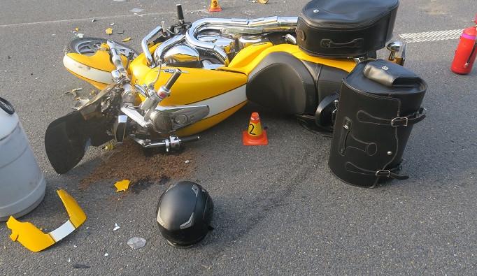 Motorkář zemřel poté, co narazil do kamionu. Ten se otáčel na dvojité plné čáře u zavřené dálnice D35