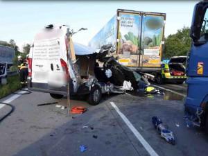D35 u Přáslavic je uzavřena kvůli další nehodě. Havarovaly dodávka a dvě nákladní auta
