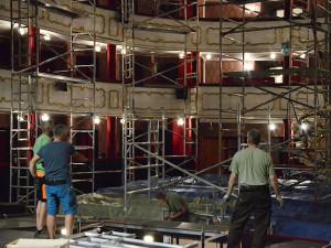 Přes břidlici už zatékalo. Historická budova Moravského divadla dostane novou střechu