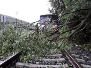 Olomouckým krajem se v noci přehnaly silné bouřky. Zastavily vlaky a auta. Voda ohrožovala i domy