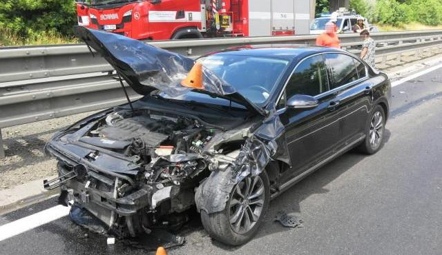 Nákladnímu autu uletělo na D46 za jízdy kolo a zdemolovalo auto