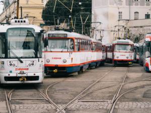 Prázdniny znamenají změny v tramvajových i autobusových jízdních řádech