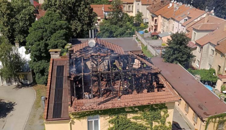 Požár zachvátil budovu v Prostějově, zničil krovní část a patro