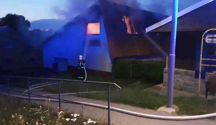 Požár v Lipníku nad Bečvou. Rychlý zásah hasičů uchránil prodejnu motocyklů