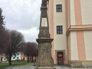 Kříž u kostela v Drahotuších čeká oprava. Je nakloněný a do spár zatéká