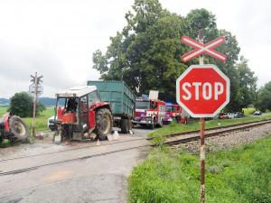Projíždějící vlak smetl traktor, ten se po nárazu rozlomil