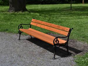 V Čechách pod Kosířem si lidé mohou koupit lavičku v parku. Zájem je velký