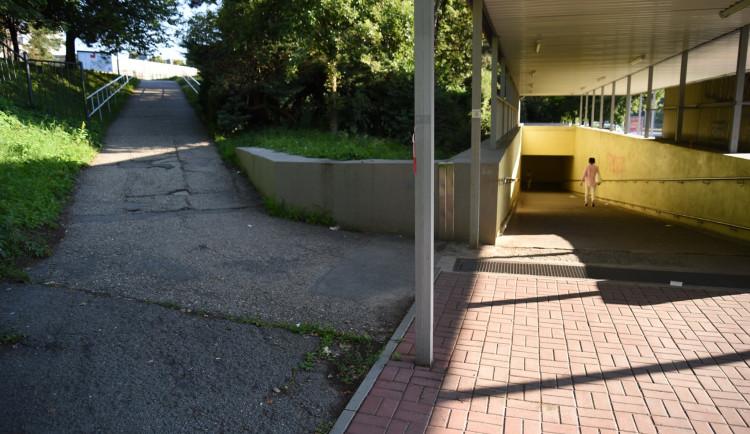 Chodník od zastávek MHD do Fakultní nemocnice v Olomouci bude uzavřený