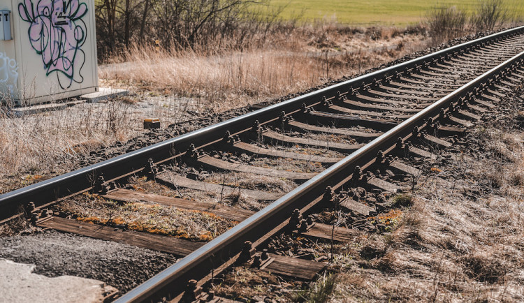 U Senice na Hané se srazil osobní vlak s osobním autem, nikdo není zraněný