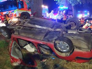 U Odrlic auto narazilo do stromu a převrátilo se na střechu. Hasiči museli pět lidí vyprostit