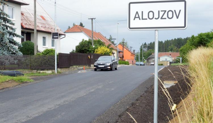 Určice a Alojzov mají opravené průtahy. Součástí investice byly i nové chodníky