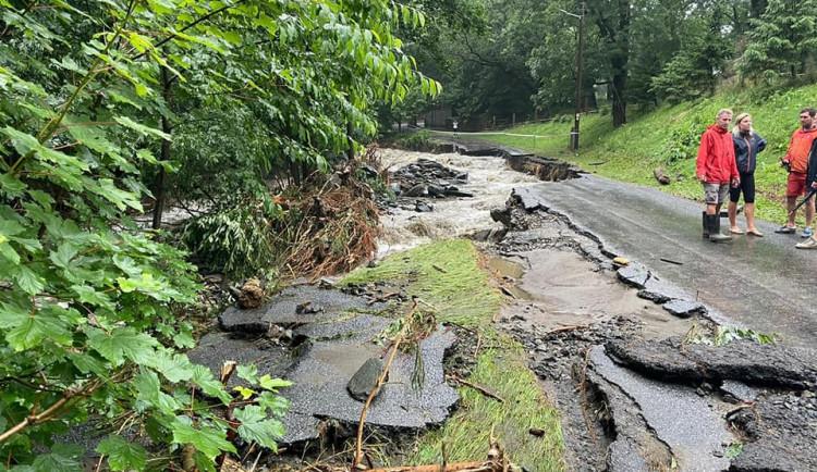 Silný déšť zvedl říčku Bělou na Jesenicku na třetí stupeň. Zaplavila silnici, autobus a ohrožovala kostel