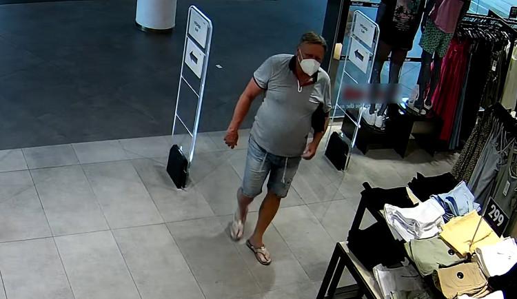 Policie hledá muže masturbujícího mezi regály. Celou dobu ho zabírala bezpečnostní kamera