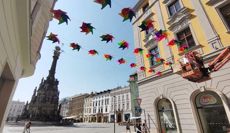 Nová dekorace v centru Olomouce. Nad hlavami se roztočí stovky větrníků