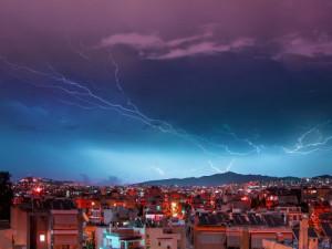 Na Česko se ženou silné bouřky. V neděli odpoledne mají zasáhnout většinu území