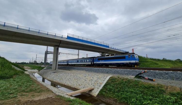 Nadjezd nad železniční tratí v Dluhonicích se otevřel motoristům