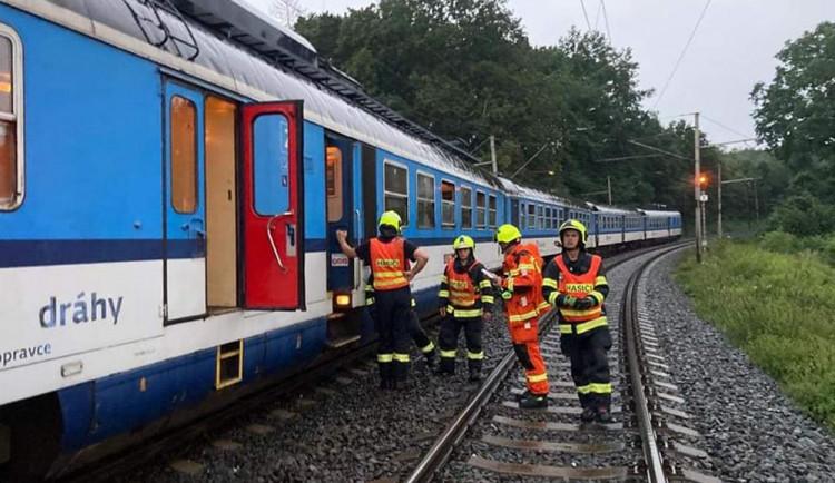 Desítka zásahů kvůli bouřce. U Hranic evakuovali hasiči cestující z vlaku