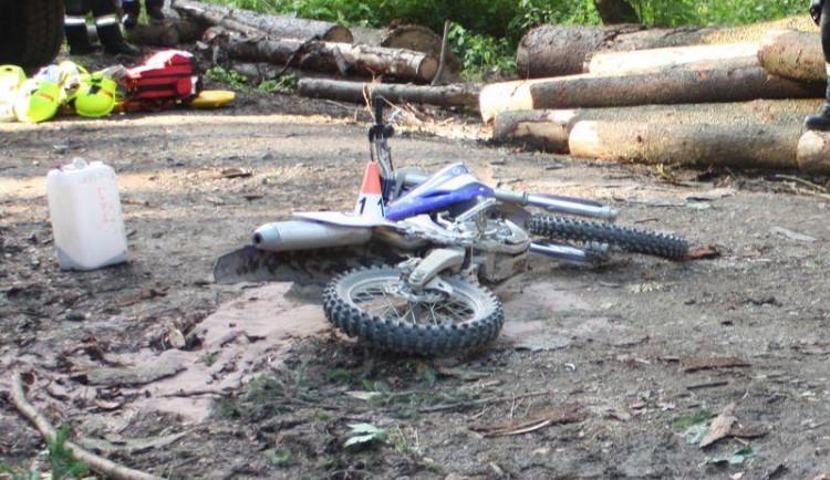 Při pádu na motorce v lese u Loštic zemřel muž, nehodu vyšetřuje policie
