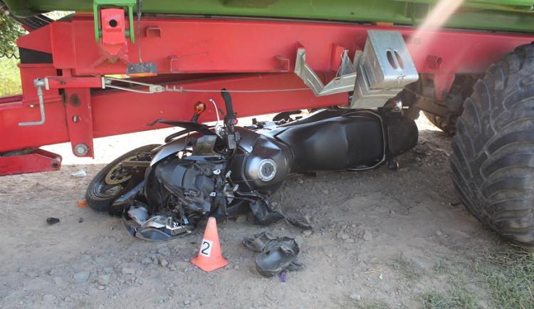 Motorkář zůstal u Paseky na Olomoucku zaklíněný pod vlečkou traktoru