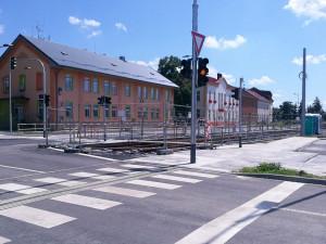 Zbouraný dům nahradily semafory. Stavba tramvajové trati pokročila