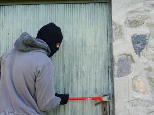 Zloděj podezřelý z vloupání do rodinných domů skončil ve vazbě. Škoda je 800 tisíc