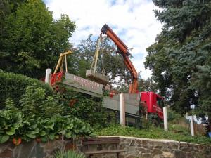 Spolek Hanácký Jeruzalém vyzvedl vzácný několikatunový náhrobek ze zahrady na Plumlově