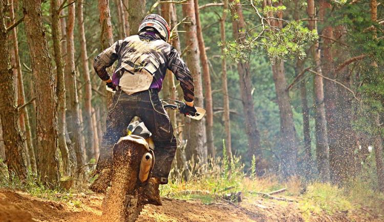 Lesník upozornil motorkáře na zákaz vjezdu. Po napadení skončil v nemocnici