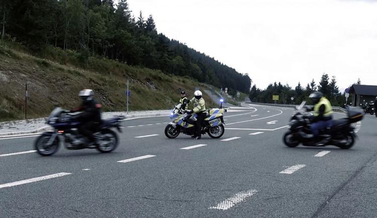 Nechoďte za limit, varovali policisté a odborníci motorkáře na Červenohorském sedle