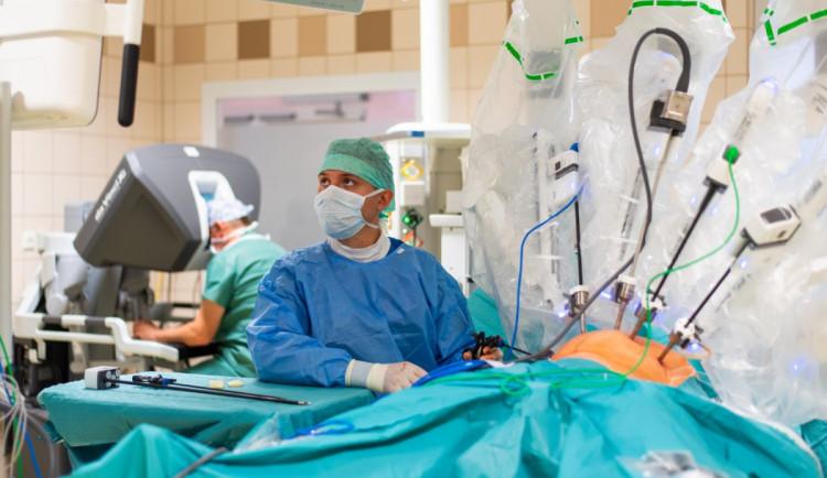 Rakovinu krku a hlavy léčí v Olomouci robot. Je to nejmodernější způsob, říká lékař