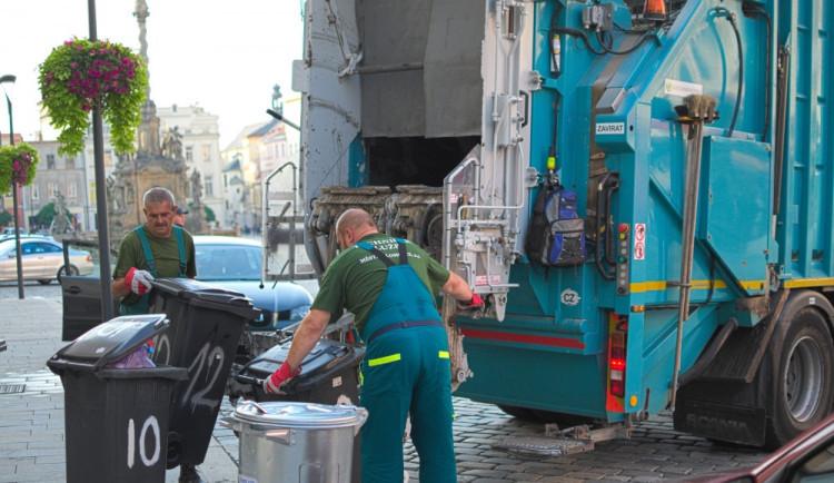 Za odpady budou nově platit také firmy či družstva, kterým patří byty nebo dům