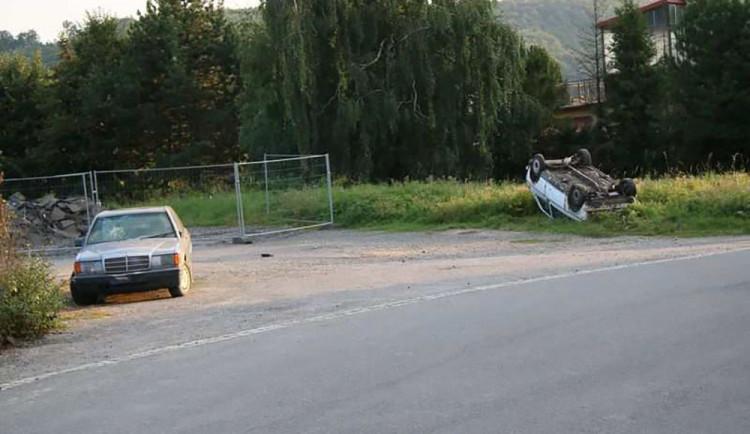 Demolice aut u nádraží. Odstavený vůz bez značek skončil na střeše