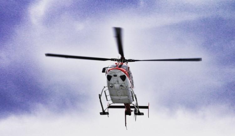 U Mladče motorkář narazil do svodidel. Na místo letěl vrtulník, muž však zemřel
