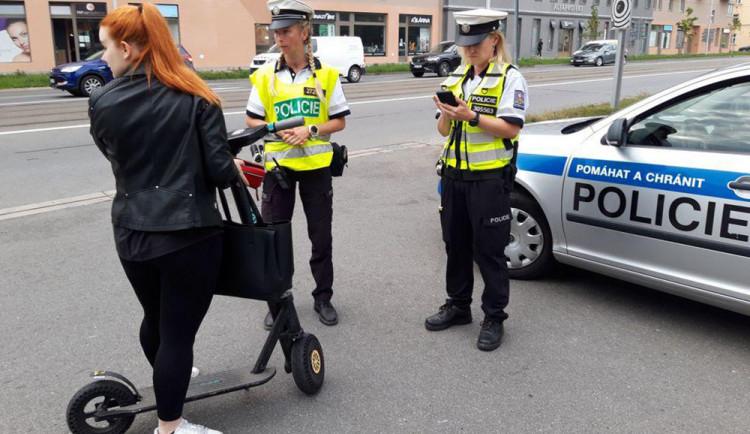 Čtvrtina přestupků na kontě koloběžkářů. Strážníci hlídali styl jízdy