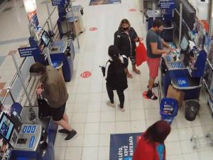 Policie pátrá po dvojici, která si přivlastnila ztracenou obálku s tržbou