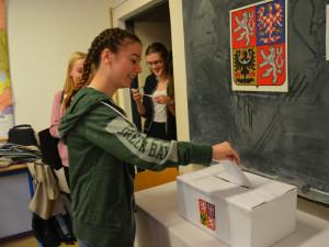 Místo do lavic k volebním urnám. Ve školách v Olomouckém kraji se odehrávaly Studentské volby