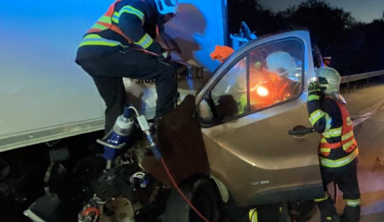Na D35 u Velké Bystřice hasiči vyprošťovali řidiče dodávky zaklíněné v návěsu kamionu