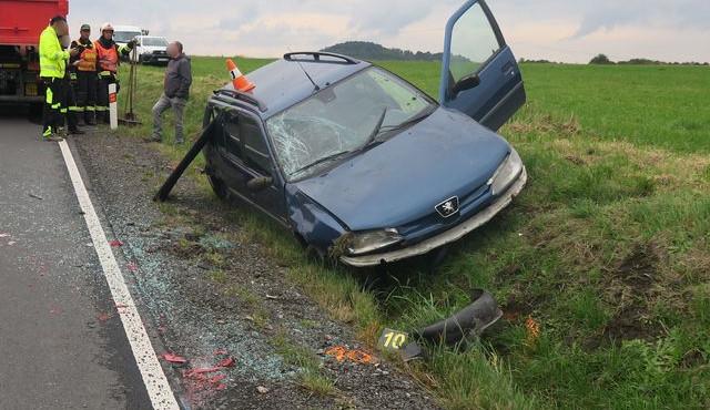 Čerstvá řidička u Supíkovic převrátila auto do příkopu poté, co nezvládla předjíždění