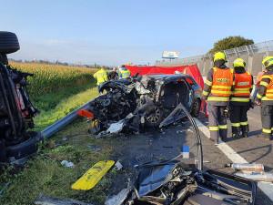 Řidič Audi vjel na D46 do protisměru. Srážku s kamionem spolujezdec nepřežil