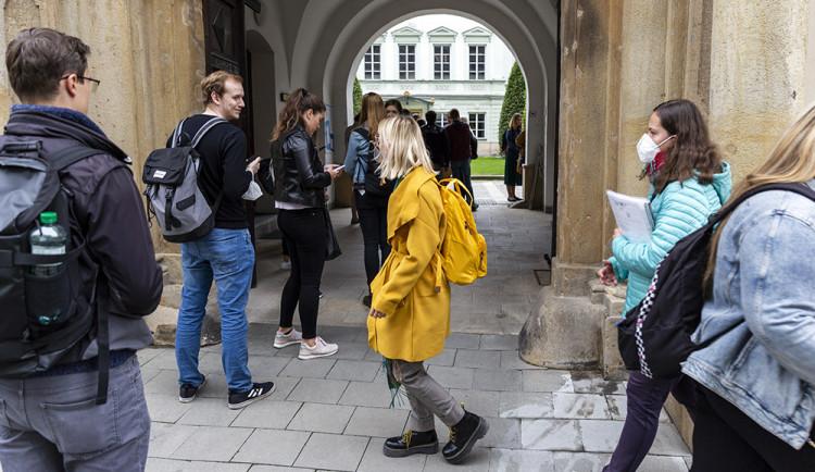 Studenti probudili Olomouc. Univerzitu potěšil průzkum proočkovanosti