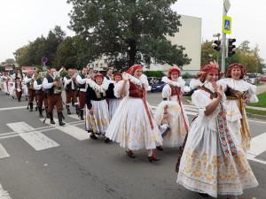 Tovačovem prošly stovky krojovaných Hanáků, kteří se sjeli na festival