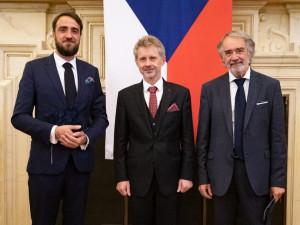 Ředitelé Muzea umění Olomouc, otec a syn Zatloukalovi, dostali Stříbrnou medaili předsedy Senátu