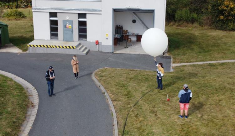 Studenti z Jeseníku vypustili sondu k hranicích vesmíru. Za pár hodin ji našli o sto kilometrů dál