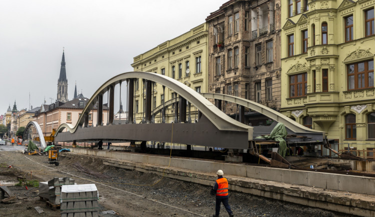Rejnok v pohybu. Druhá část mostu na Masarykově se sune nad řeku