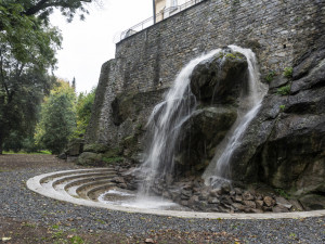 Vodopád v parku funguje. Na plný provoz se bude čekat do jara
