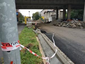 Opravy výpadovky do Vrahovic provází zdržení, nedodělky a fušeřina, tvrdí město. Stavební firma to odmítá